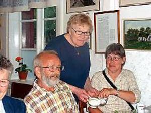 Foto: MARIANNE LUNDQVIST Kaffe efter  turen. Rundturen avslutades vid Hamrånge hembygdsgård, där Raimond Lehtinen och Christina Ek lät sig väl smaka av kaffet som serverades av Zaida Hedman-Huld.