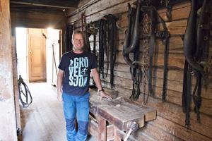 I det gamla stallet ska det göras plats för familjens två hästar. Jonas gläds åt att snart få hem dem och de afrikanska dvärggetterna Mikro och Mini.