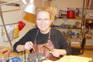 Veronica är inte längre bara en duktig handlare och hejare på att smida smycken. Hon är numera en mästare på det.