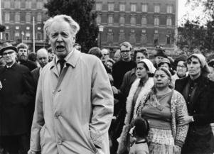 Demonstration för romers rättigheter 1969. I förgrunden Per-Anders Fogelström, i bakgrunden syns Katarina Taikon.
