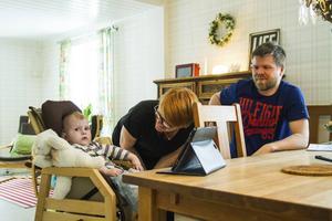 Emma och Hannu Auras son Knut – snart ett och ett halvt år – har 22q11, en av Sveriges mest sällsynta diagnoser.