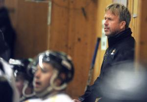 Alftas tränare Håkan Hellgren fick se sitt lag förlora borta mot Smedjebacken.