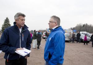 Kenneth Arvidsson, ordförande i Hedesunda IF, och Stefan Trässman från föreningens fotbollssektion har kämpat för Hedesunda IP förr.