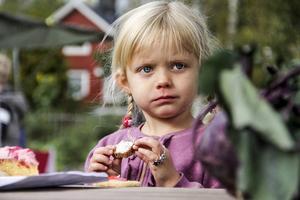 Molly Nyman, 4, fikar gott på Tjärnvik.