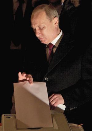 En riktig röst. Vladimir Putin röstar på sig själv i det ryska presidentvalet. Om den röstens äkthet råder i varje fall inget tvivel.foto. scanpix