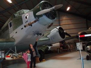 min man och barnbarn på bil o flyg museumet i ugglarp