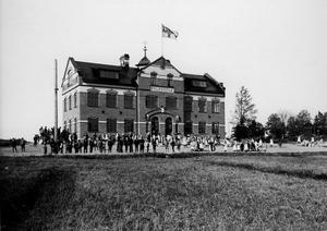 Skolminne. 1903 byggdes nya folkskolan i Surahammar. Bruksskolan, som den kallades, låg efter södra delen av bruksgatan. Tycker du flaggan ser märklig ut så är det den flagga som användes när Sverige var i union med Norge . Bruksskolan revs 1978. Information: Anders Lindberg.