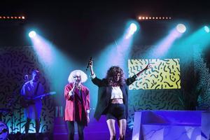 Bianca och Tiffany Kronlöf med musikern Thom Gisslén på scenen i Skönsbergs Folkets hus.