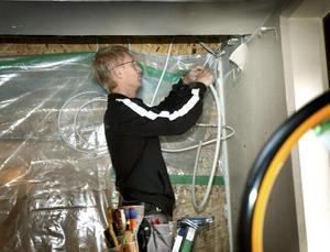 Specialarbeten. Elektrikern Conny Karlsson jobbar med att täta ledningarna in till den isolerade patientsalen.