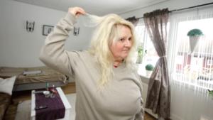 Förutom att färga håret grönt, så har det dåliga vattnet lett till att håret blivit slitet, menar Kristina Engberg.