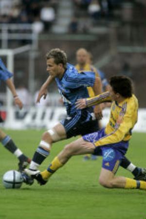 Tobias Hysén i Djurgården gör bort Tobias Eriksson i GIF Sundsvall.