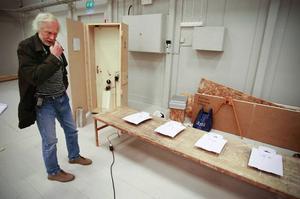 """Peter Kruse har i sitt verk """"Fyra vita skjortor på ett bord"""" jobbat med så enkel teknik som möjligt. Ju enklare teknik desto mindre risk att det ska gå sönder under utställningens gång, menar han."""