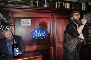 Engelska pubens karaokevärd Jonas DrJonk Pettersson vid mixerbordet under Mikael Novaks uppträdande.
