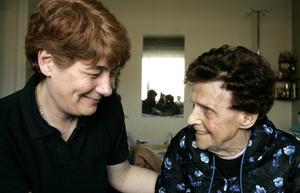 VIKTIGA SAMTAL. På 1980-talet var det möjligt för hemtjänstpersonalen att hinna med personliga önskningar från pensionären. År 2011 är det mycket ovanligt att en anställd inom hemtjänsten hinner lägga hår, gå ut på en trivselpromenad eller sätta sig ned och fika med de äldre.