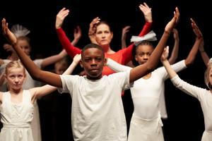 Bild från Dans i skolan-biennalen på Moderna museet förra året, där Hallstahammars kommun fick ta emot pris för sitt arbete med dans och integration.