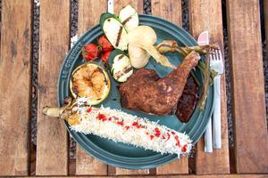 VLT:s reporter blev bjuden på grillad kyckling med grönsaker och elotes, en mexikansk variant av grillad majskolv.