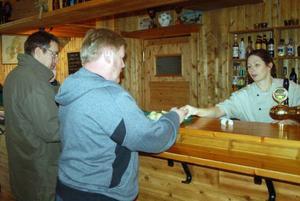 Lunchgästerna började trilla in på Mysoxen efter elvasnåret.  Torgny Svensson var en av de första gästerna.