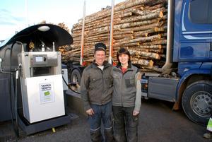 Mikael och Maud Säfström framför sin klimatsmarta bränslestation i Gagnef,.