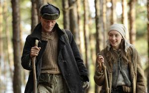 Den långa filmen. Ed Harris och Saorse Ronan gör en tröstlös vandring i en tung men mystisk och intressant film.Foto: Fox