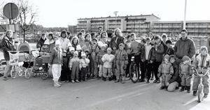 Bjurhovda 25 mars 1991. Bu för bilar. Fjärde Bjurhovdagångens barn och föräldrar tänker göra allt de kan för att stoppa den bilparkering som hotar deras gångväg.