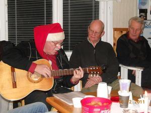 Tord Berbres var med och underhöll med sång och historier. Rynor Grobecker och Rune Krans lyssnar.