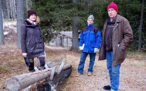 Sarah Lagerberg och Tobias Strömdahl som ska bygga upp en gammal skogskojemiljö på Skansen besökte Siljansfors där Gösta Frost visade dem Skogsmuseet. Foto: Jan Norberg/DT