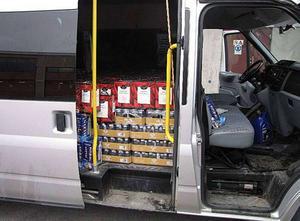 Vid en kontrollräkning fann polisen 294 liter vin, 300 liter sprit samt 2 271 liter starköl i minibussen som stoppades i Brunflo. Fotograf: Polisen