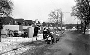 Nytt område. Oxhagen 26 februari 1965. Barn och vuxna vid en busshållplats.