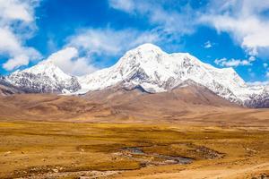 Världens högst belägna järnväg förlängs från Lhasa till Shigatse.