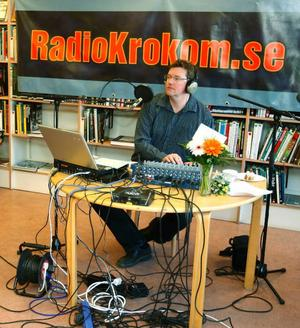 I går sände Radio Krokom direkt från biblioteket för att fira sina fem år efter starten. Kjell-Erik Jonasson sände programmet direkt med underhållning och gäster.