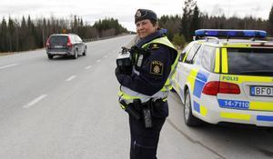 Påsktrafiken är intensiv på E45 och Eva Nilsson har fullt upp eftersom hon ska hålla koll på båda körriktningarna.