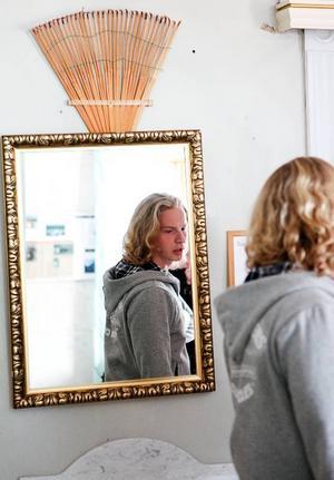 Kristoffer Karlsson framför spegeln där en fransman sett en person stå bakom honom i spegelbilden.