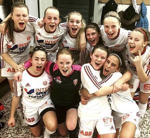 SIF:s F15-tjejer jublar efter segern i gruppspelet i Ockelbo. Nu väntar SM-slutspel i Göteborg fredag-söndag.