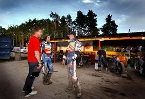 Mikael Teurnberg, Pontus Aspgren och Kauko Nieminen  i samspråk under matchen.