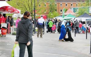 Strömsund behöver fler inflyttade om jobben i kommunen ska kunna tillsättas framöver. Bilden från marknaden på Vattudalstorget i helgen som också blev en mötesplats.