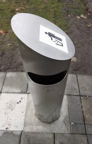 Så här ser Gävles nyaste papperskorg ut, med en 650 liter stor behållare under jord.