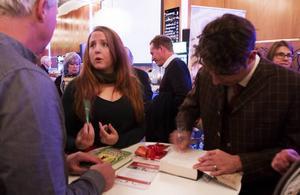 Stina Stoor och Stefan Ahnhem signerade böcker och pratade med besökarna i pausen.