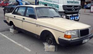 Volvon lämnades däcklös ovanpå onsdagens VLT. Troligtvis har tjuven inte bara retat upp VLT-prenumeranterna utan också bilägaren vars bil nu är utan däck och fälg.