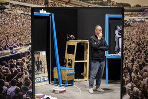 Några veckor före öppnandet är utställningen ännu inte riktigt klar. Den konstnärlige ledaren Isse Samie tar sig tid att fundera.