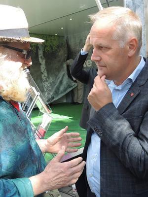 Jonas Sjöstedt mötte många intresserade och sympatisörer under besöket i Falun under onsdagen.
