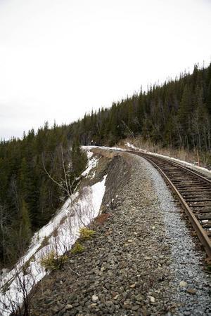 E14 går nedanför Stora Helvetet. Det utgör ytterligare ett riskmoment om järnvägsbanken skulle rasa, samt försvårar reparationer av banken.