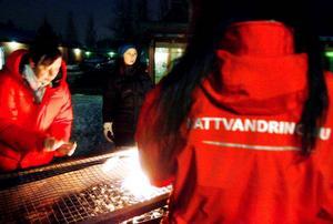 I fredags tände nattvandrarna grillarna på torget i Torvalla centrum för att kunna bjuda ungdomarna på korv med bröd i syfte att lära känna varandra. Foto: Henrik Flygare