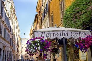 Gå mellan små kaféer och restauranger i Montis pittoreska gränder.