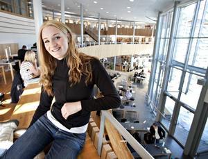 Hannah Claw, som läser andra året på ekonomiingenjörsprogrammet på Högskolan i Gävle, tycker att det känns positivt att höra att de som gått utbildningen tidigare klarat sig bra.