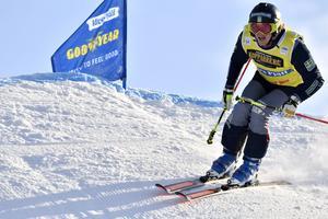 Inte Viktor Anderssons dag som tvingades bryta sedanhan tappat skidanefter en sammanstöttning.