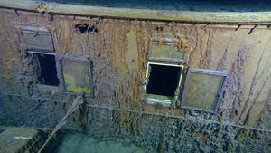 En bild från Titanic som nu vilar på havets botten. På bilden syns två fönster till förstaklass hytterna.