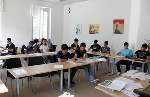 I klassen där man läser svenska som andraspråk är det fullt i bänkraderna.