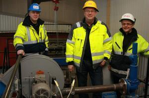 Karl-Göran Jonsson, anläggningsansvarig, Kjell-Åke Wallström, områdeschef och Örjan Lundberg, projektledare, visade den nya biobränslepannan som E.ON tagit i bruk.
