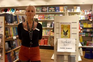 Kajsa Örneke på Akademibokhandeln i Örnsköldsvik väntar på att förlaget ska besluta om att trycka fler exemplar av boken