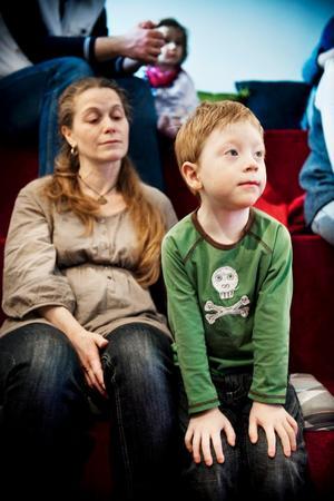 Morris Fredriksson, tre år, följde sagorna med stor spänning.